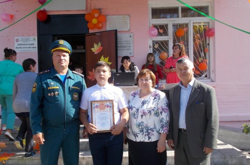 Начальник отдельного поста №2 Челябинского пожарно-спасательного гарнизона Николай Казанцев вручи
