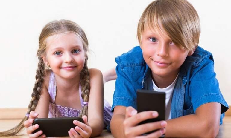 По данным ВЦИОМ, россияне в среднем тратят на подготовку ребенка к учебному году около 27-ми