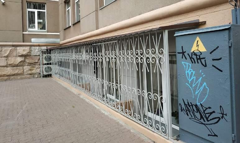 Горе-граффитисты, упорно уродующие Челябинск, добрались и до здания городской администрации. На б