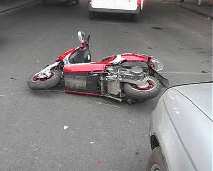 На Копейском шоссе, 15 водитель автомобиля ВАЗ-2115 столкнулся с движущимся впереди попутно скуте