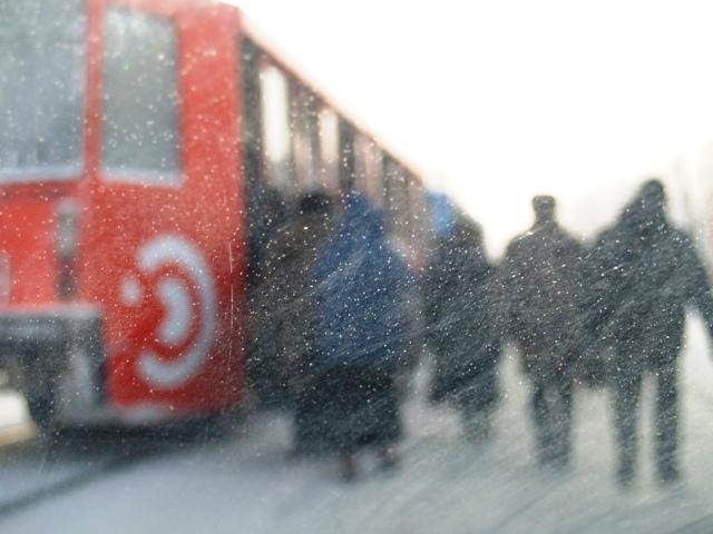 Сегодня, 17 декабря, отменены занятия в школах в ряде городов области. Часть автомобилей не