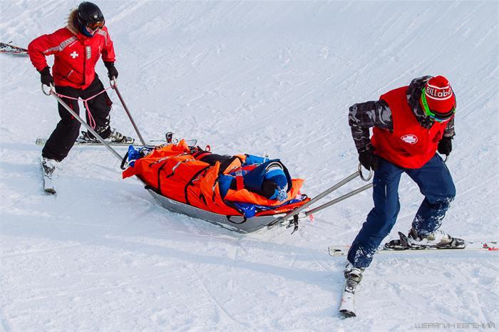 Специалисты тренировались в оказании первой помощи и эвакуации сноубордистов, травмированных при