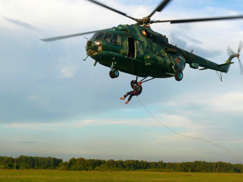 В результате подобных тренировок, спасатели совершенствуются в навыках десантирования с высоты пр