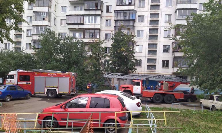 В Челябинске пожарные вытащили из полыхающего жилища мужчину, а также спасли двоих детей из смежн