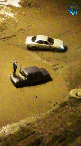 Фотографии «утонувшего» автомобиля выложили очевидцы в группе «Парковый Челябинск» в соцсети. «Об