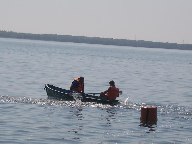 Группа отдыхающих решила прокатиться на «банане» на озере Смолино. По случайности, водитель катер