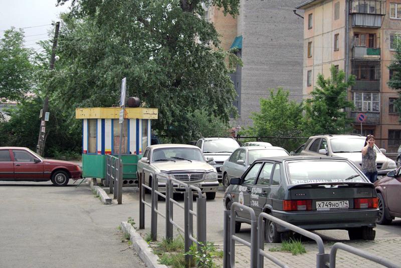 По информации пресс-службы областной прокуратуры, незаконная парковка расположилась во дворе жило