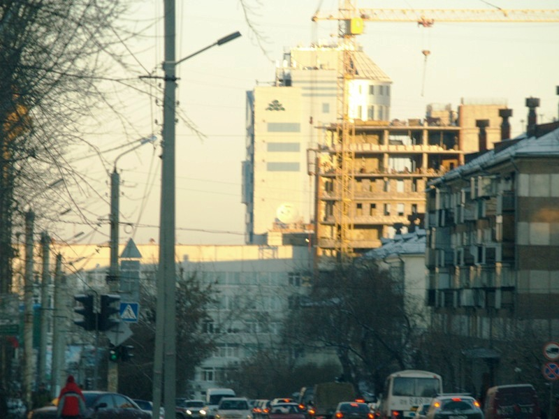 С середины декабря жители дома на улице Чайковского пытаются остановить строительство четырехэтаж