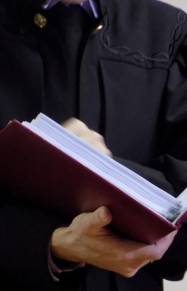 Южноуральский священник Александр Грузлев расплачивается с умершей прихожанкой. При жизни, около