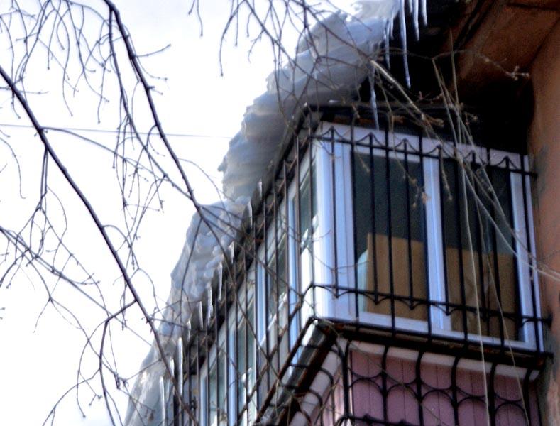 Инцидент произошел 24 февраля по улице Шоссейной, 2. С козырька балкона на голову прохожей рухну