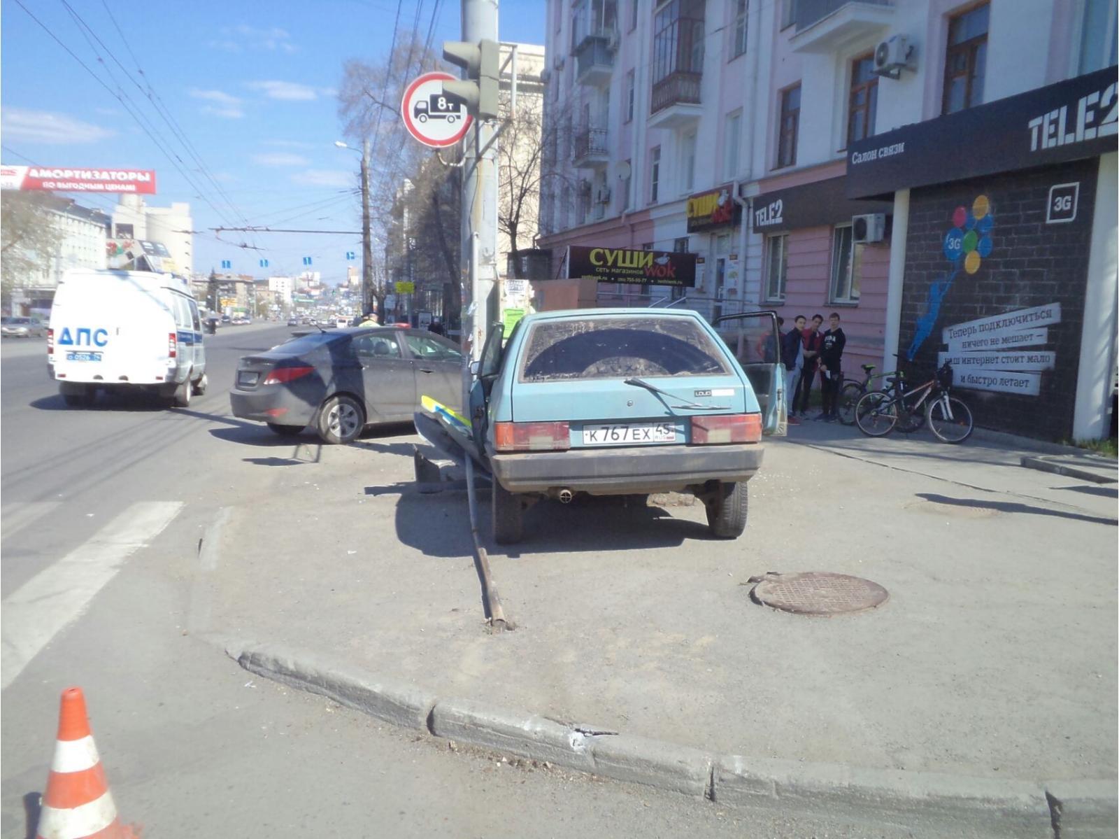 ДТП произошло 1 мая в 11 часов на Свердловском проспекте возле дома 65. «Водитель ВАЗа выехал на