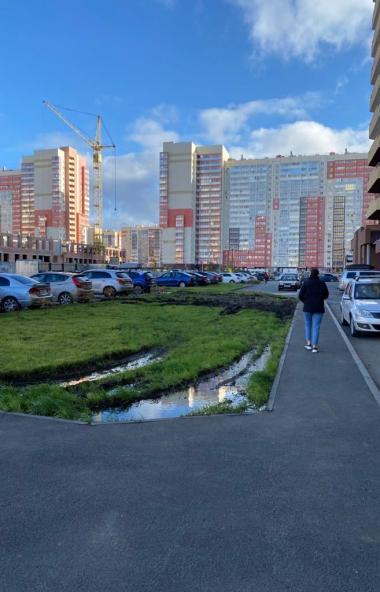 В Челябинске исполнители работ превратили новый газон во дворе дома №62 по улице Университетской