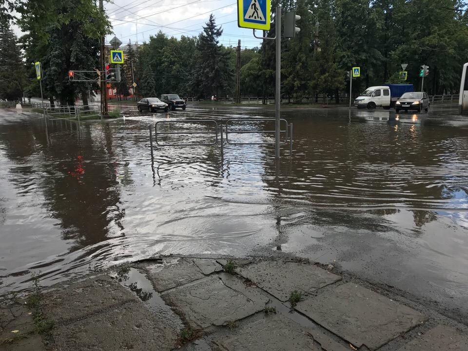 Челябинск после дождя вновь ушел под воду. Ливневая канализация не справилась с потоками воды.