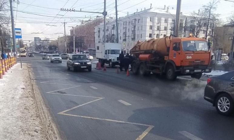 В Челябинске сегодня, четвертого марта, случился провал проезжей части на перекрестке проспекта Л