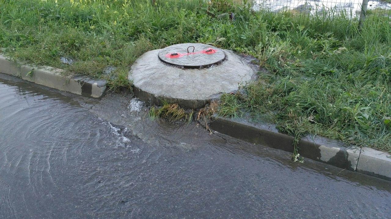 На данный момент неполадки устранены. От повреждений водовода пострадали жители многоквартирных д