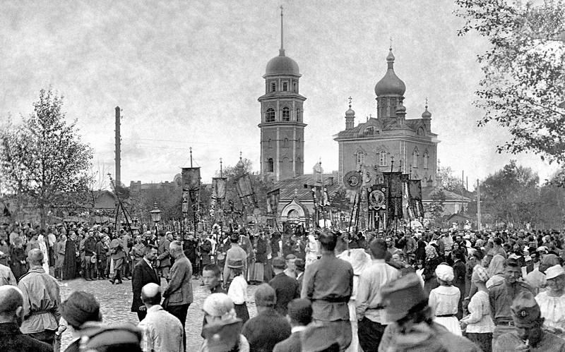 Военные парады и залпы салютов, праздничные молебны и духовые оркестры… Тем, кто изучал историю п