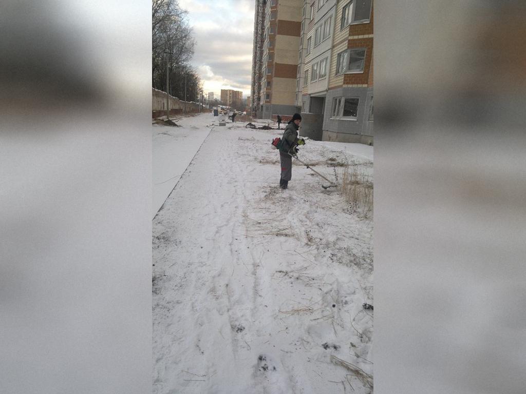Фото как в снегопад коммунальщики косят траву появилось в социальной сети. Пользователи в недоуме