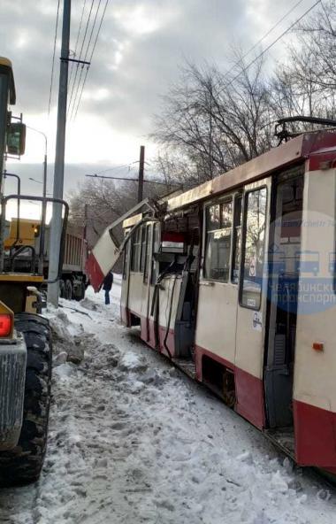 Жертвой уборки огромных снежных куч с улиц Челябинска стал общественный транспорт. Грузовик