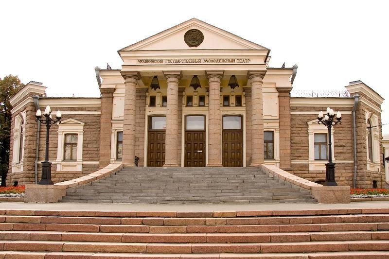 Официально челябинский ТЮЗ начал свою работу 1 октября 1965 года. Но здание (Народный дом), в кот