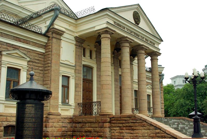 Фасад исторического здания Народного дома, где сейчас располагается челябинский Театр юного зрите