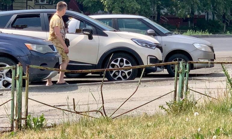 На Комсомольском проспекте в Челябинске стало на один ржавый забор меньше.  Об этом радо
