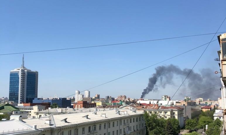 Сегодня, 20 мая, в Челябинске пожарные, работающие на тушении пластика на пункте приема металла,