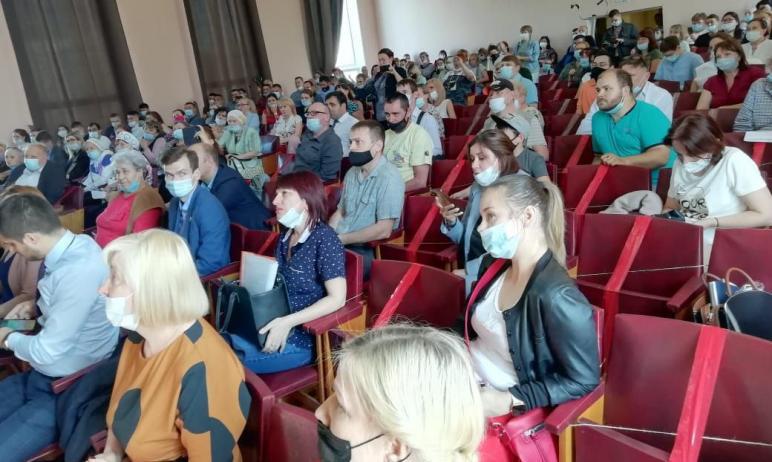 Жители Калининского района Челябинска ополчились против районного главы Сергея Колесника, на кото