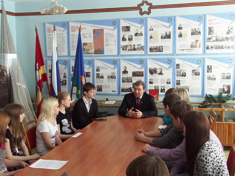 Темой встречи со школьниками стала история парламентаризма, его становление в современной России,