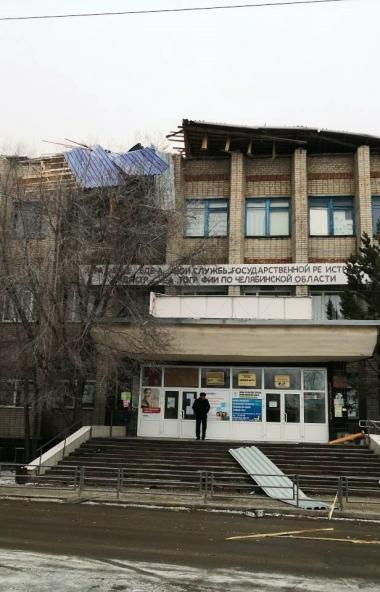 В Карталах (Челябинская область) из-за сильного ветра сорвало крышу со здания «Дома быта». К счас