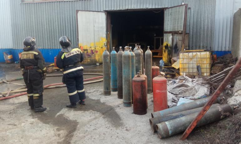 Сегодня, 20 апреля, в Челябинске вспыхнул производственный ангар. Огнеборцы во время тушения пожа