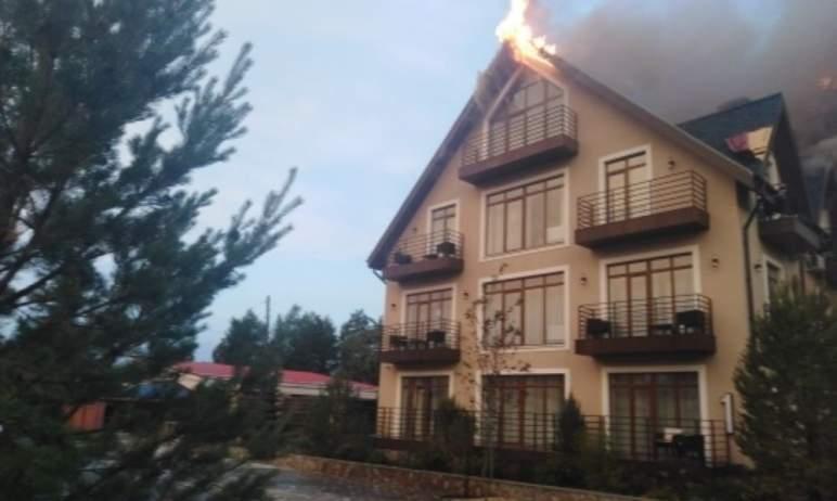В поселке Увильды Челябинской области горит частный гостевой дом.Предварительная причина ЧП