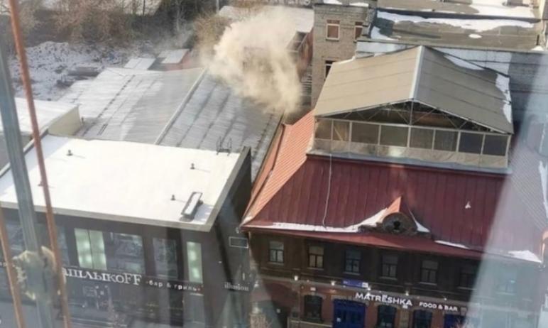 В Челябинске из-за жира в вытяжке загорелось кафе-шашлычная. До приезда пожарных из здания самост