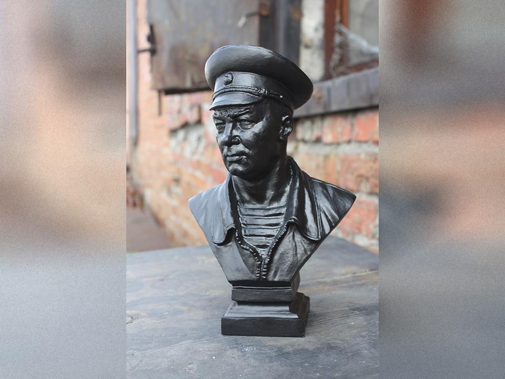 Бюст высотой 19 см выполнил Алексей Чебаненко – скульптор студии военных художников имени М.В. Гр