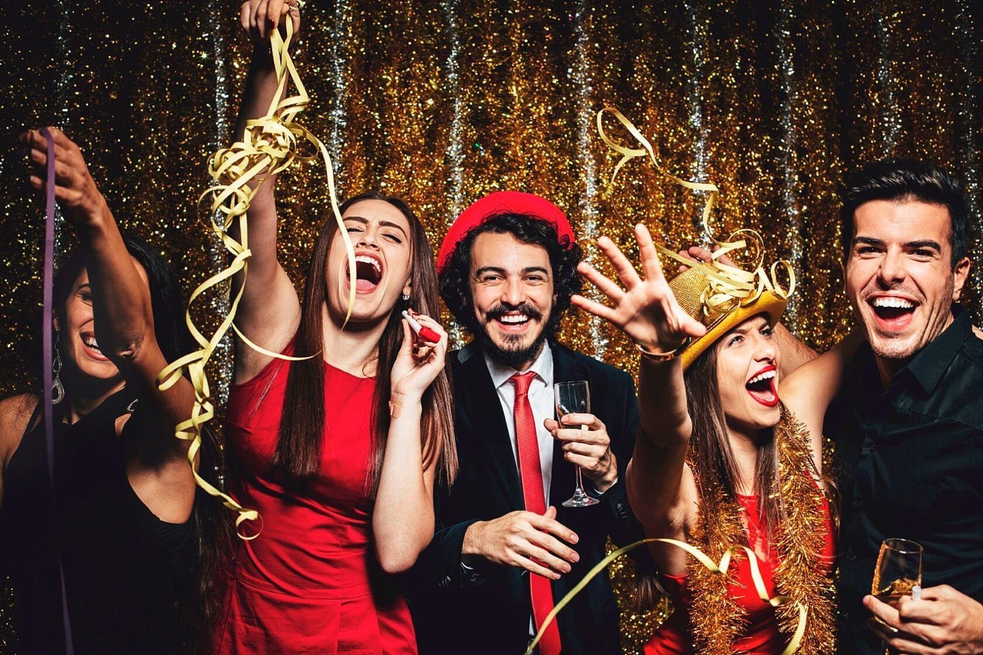 Новогодняя ночь — это время, когда все люди становятся чуть ближе, даже если они совсем не знают