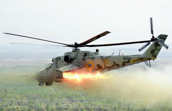 Украинские военные ведут танковый обстрел в пригороде Славянска. Уже разрушены не менее пяти жилы