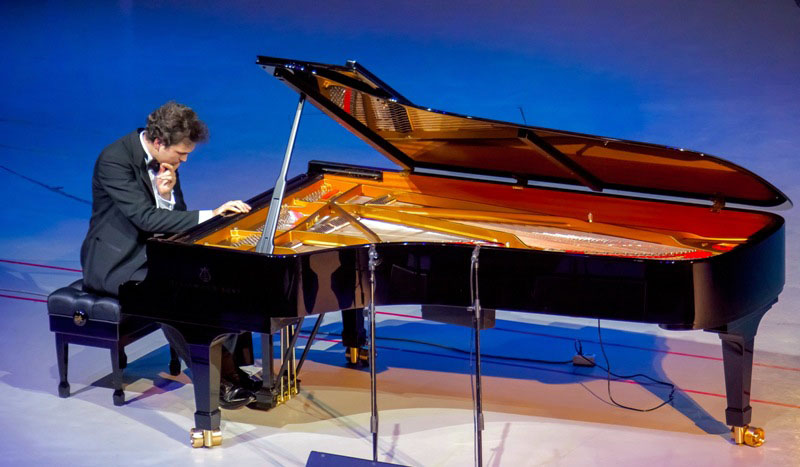 Исполнитель виртуозной программы - американский пианист Владимир Хомяков-младший, сын известного