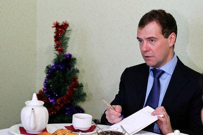 Премьер-министр РФ Дмитрий Медведев посчитал знак «Шипы» необязательным. Он подписал постановлени