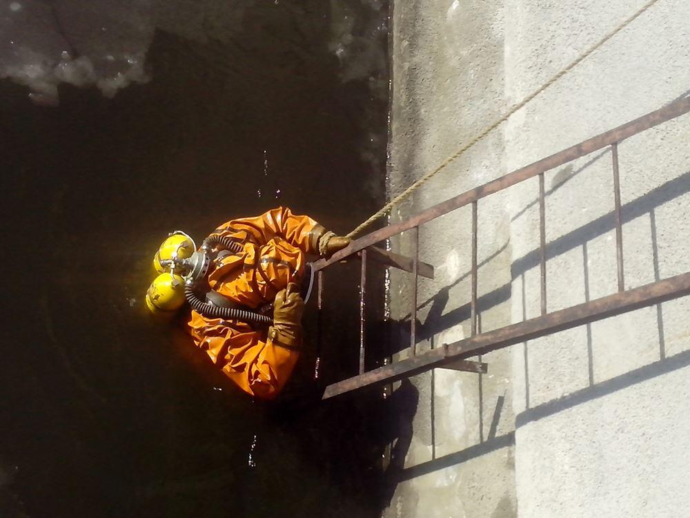 Эти работы проводятся в рамках мероприятий по защите водозабора от шуги – это самый первый этап в