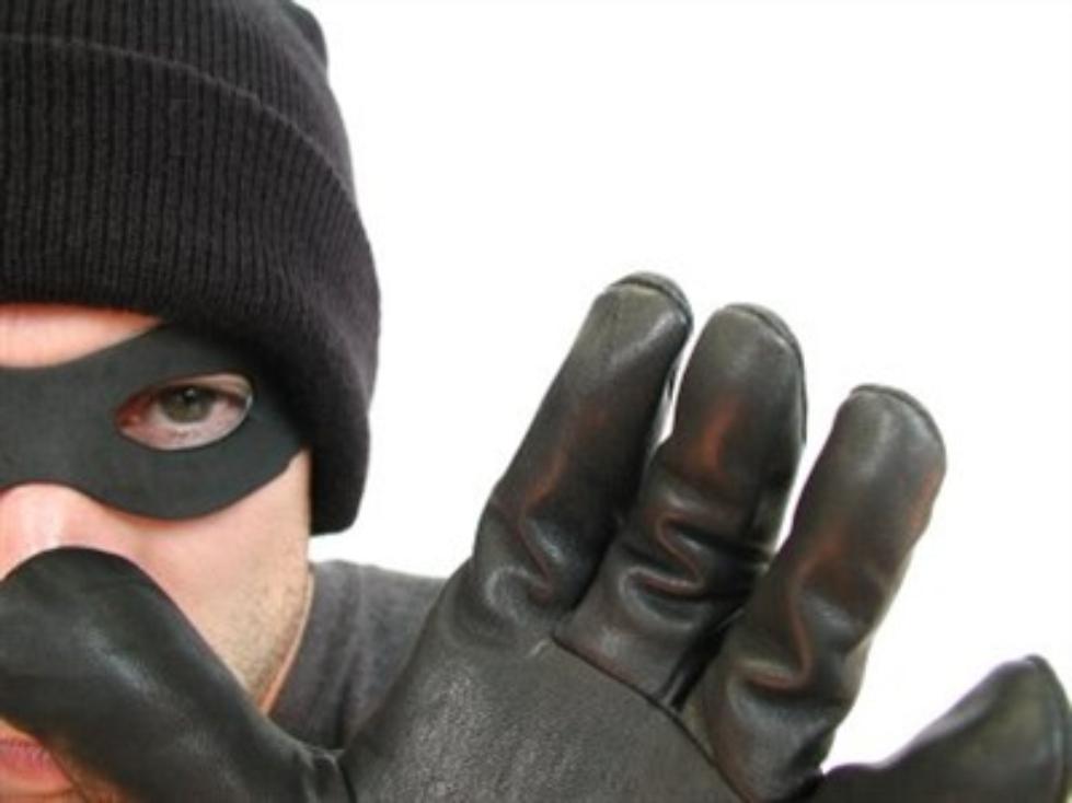 Вора, промышлявшего кражами из кабинетов учреждений и магазинов, задержали сотрудники линейного о