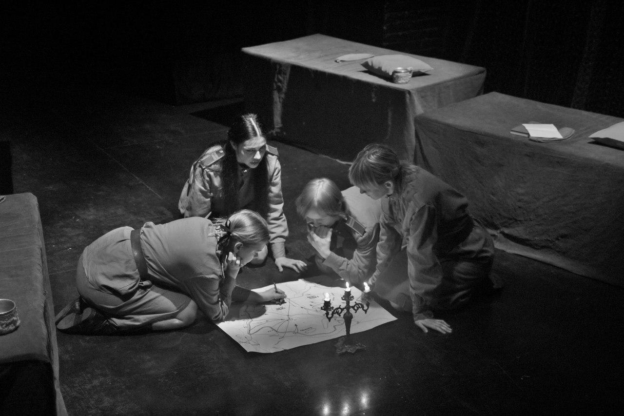 Спектакль поставлен по пьесе современного драматурга Тараса Дрозда «Это, девушки, война». Это ист