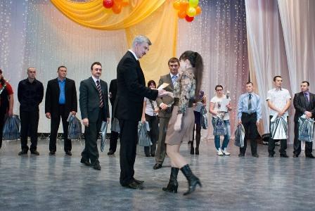 Со сцены Дворца молодежь предприятия с профессиональным праздником поздравили генеральный дирек