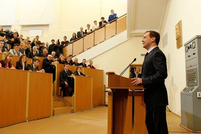 Например, в 2013 году при поступлении на юридический факультет нужно было сдавать ЕГЭ по иностран