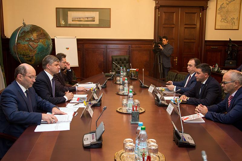 На встрече были рассмотрены аспекты сотрудничества арктического региона и ОАО «РЖД». В частности,
