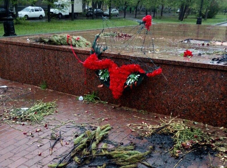 Пьяный челябинец разгромил мемориал «Вечный огонь». Вандал сжег венки и разбросал цветы. 2