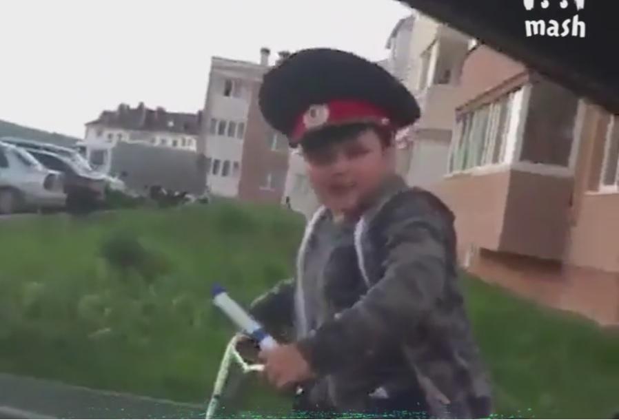 Такса за нарушение – 1000 рублей.  Видео, как маленький мальчик вымогает деньги рас