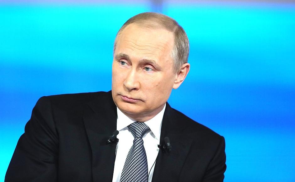 Один из дозвонившихся на прямую линию россиян спросил у главы государства, ругается ли он матом.