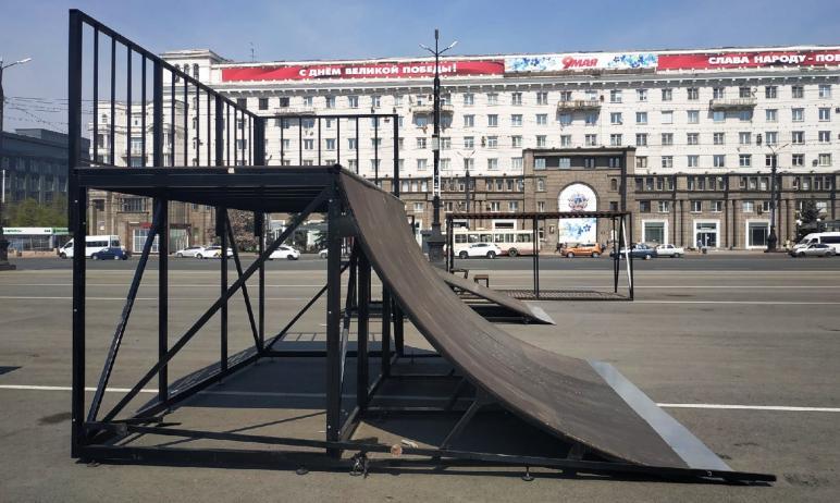 В Челябинске на площади Революции монтируют скейт-парк.