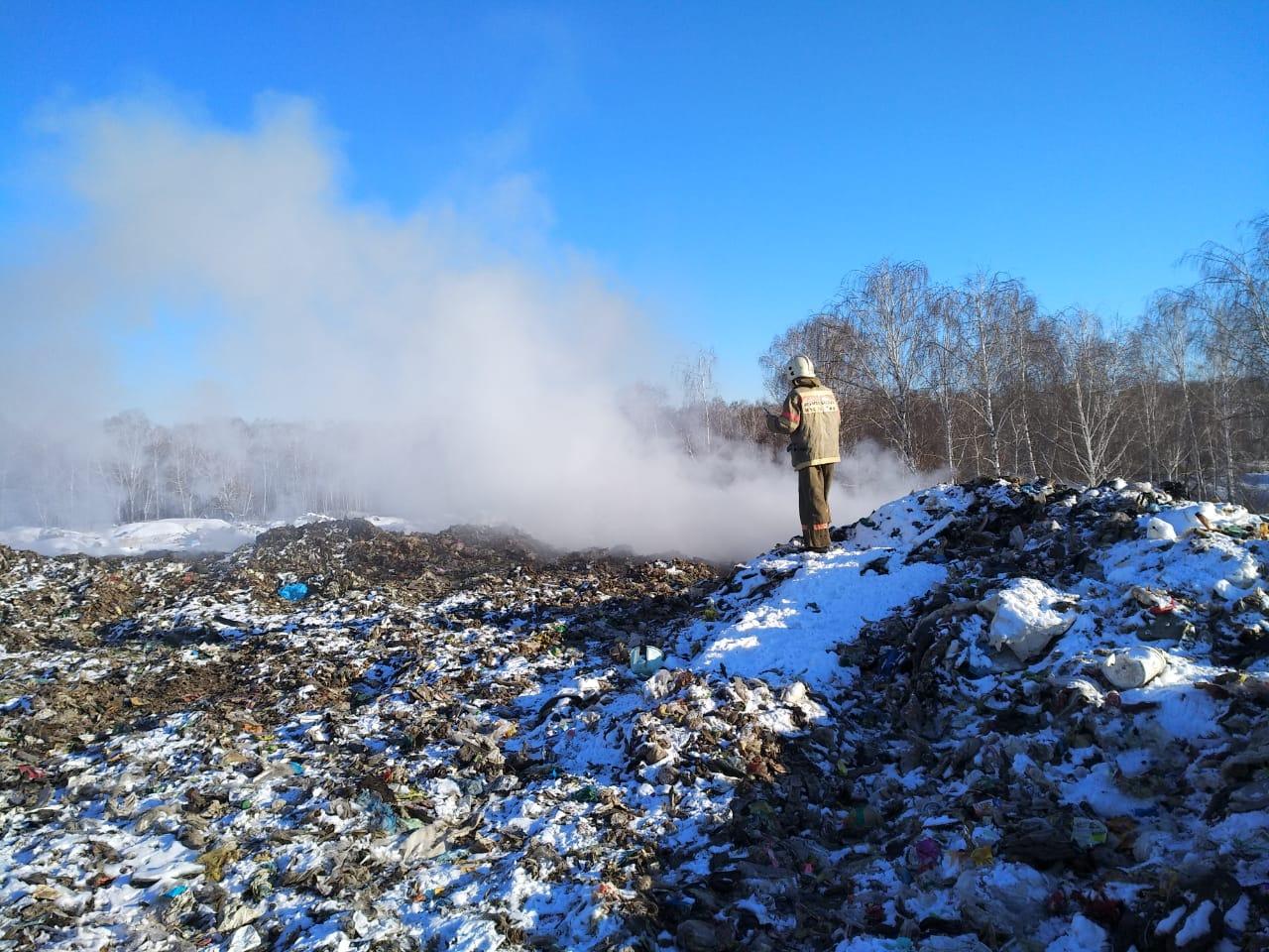 В поселке Роза Коркинского района (Челябинская область) не перестает гореть официально закрытая п