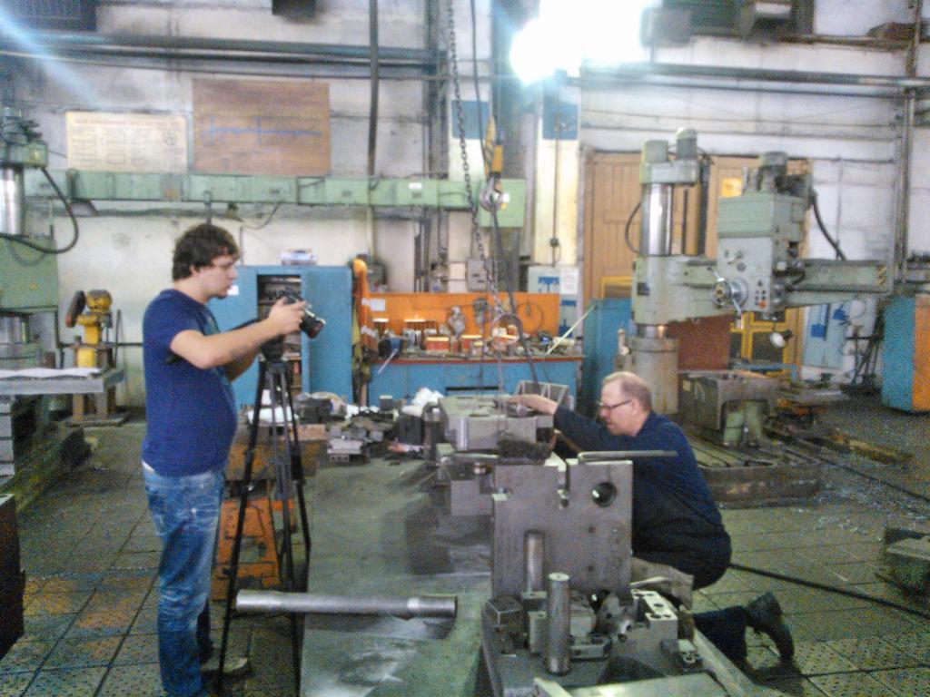 Режиссер, оператор и фотограф снимали производственные процессы и оборудование в Колесном цехе, П