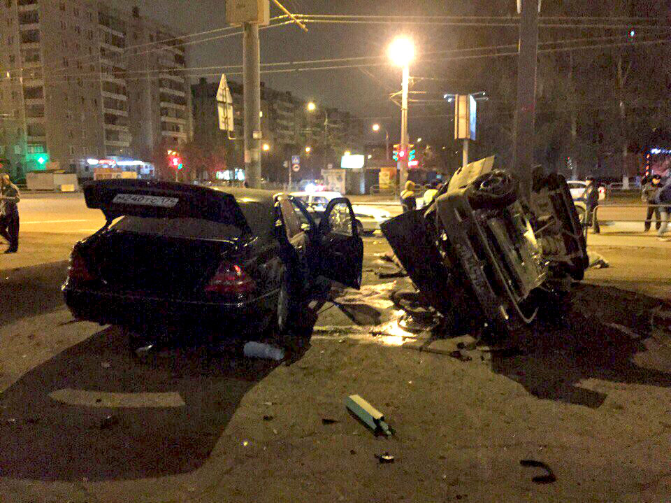 Как сообщают в соцсетях очевидцы трагедии, уходя от погони ДПС, водитель Mercedes на большой скор